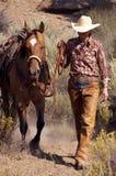 Cowgirl und Pferd stockbild