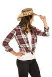 Cowgirl w szkocka krata kapeluszu i koszula strony dotyka kapeluszu Obraz Stock