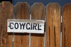 Cowgirl-Zeichen auf Zaun Stockfotografie