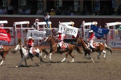 Cowgirle, die auf zu Pferde galoppieren stockbild