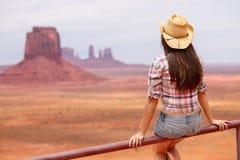 Cowgirlfrau, die Ansicht des Monument-Tales genießt lizenzfreie stockfotos