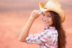 Cowgirlfrauenlächeln glücklich auf amerikanischem Grasland Lizenzfreies Stockbild