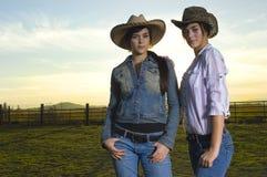 Cowgirls gemelos en un coral Fotografía de archivo libre de regalías