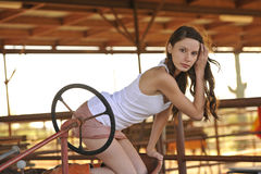 cowgirltraktorbarn Arkivfoton