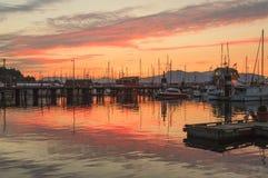 Cowichan海湾内在港口在日落的 免版税图库摄影