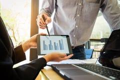 Coworker proces, Dwa biznesów kolega przedstawia i wskazuje Fotografia Stock