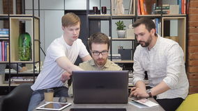 Coworker wyjaśnia kolegów jego strategie w biurze i pomysły zbiory