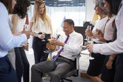 Coworkers świętuje colleagueï ¿ ½ s emerytura w biurze zdjęcie stock