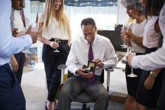Coworkers świętuje colleagueï ¿ ½ s emerytura w biurze obraz stock