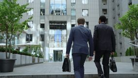 Coworkers chodzi biura centrum, dyskutuje biznesowego projekt, współpraca zbiory