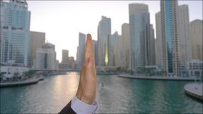 Coworkers daje wysokości pięć z biznesowym miastem na tle zdjęcie wideo