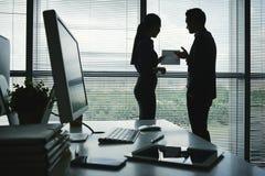 Coworkers dyskutuje raport zdjęcia royalty free