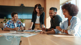 Coworkers dyskutuje w pokoju konferencyjnym przy kreatywnie biurem Fotografia Royalty Free