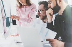 Coworkers fotografia w pogodnym biurze Kierownik projektu drużyny pracy nowy pomysł Młodej biznesowej załoga dyskusi początkowy n Obraz Stock