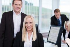 Coworkers i ett upptaget företags kontor Arkivfoto