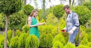 Coworkers i grön botnic trädgård stock video