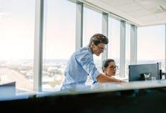 Coworkers pracuje wpólnie komputer w nowożytnym biurze Zdjęcie Stock