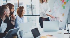 Coworkers pracuje wpólnie na nowej biznesowej prezentaci przy pogodnym pokojem konferencyjnym horyzontalny zamazujący tło _ Fotografia Stock