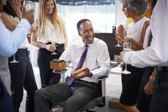 Coworkers som firar en avgång för colleagueï¿ ½ s i kontoret arkivfoto