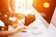 Coworkers som gör stora beslut Ung affär som marknadsför Team Discussion Corporate Work Concept det moderna kontoret nytt Royaltyfri Foto