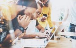 Coworkers som gör stort beslutsmöte Ung affär som marknadsför Team Discussion Corporate Work Concept det moderna kontoret Royaltyfri Foto