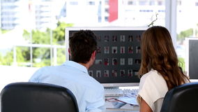 Coworkers som ger höjdpunkt fem stock video
