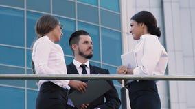 Coworkers som tar ledighet och till varandra talar på terrass stock video
