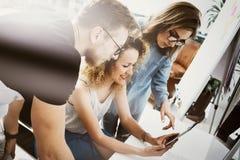 Coworkers Team Work Modern Office Place För Showing New Business för kontochef presentation för start idé Trycka på för kvinna