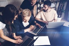 Coworkerslag på arbete Grupp av ungt affärsfolk i moderiktiga tillfälliga kläder som tillsammans arbetar i idérikt kontor arkivbilder