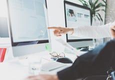 Coworking处理,经理合作工作,新的项目 照片年轻企业乘员组与起始的现代办公室一起使用 桌面 免版税库存图片