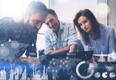 Coworking过程在一个晴朗的办公室 做巨大解答的年轻企业队在会议室 数字式图的概念 库存照片