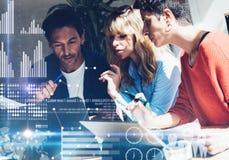 Coworking过程在一个晴朗的办公室 做谈论的年轻企业队在办公室 数字式图,图表的概念 库存图片