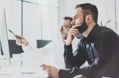 Coworking过程照片 帐户经理队工作新的想法 年轻企业乘员组与起始的现代办公室一起使用 免版税库存照片