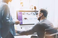 Coworking过程照片 经理队工作新的项目 年轻企业乘员组与起始的现代办公室一起使用 桌面 免版税库存照片