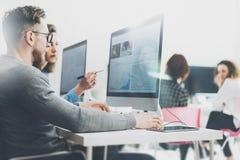 Coworking过程,设计师队工作计划 照片年轻企业乘员组与新的起始的现代办公室一起使用 库存图片