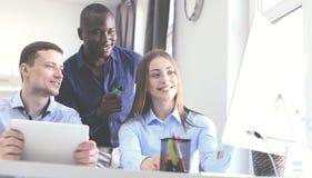 Coworking过程,设计师队工作计划 照片年轻企业乘员组与新的起始的现代办公室一起使用 免版税库存照片