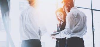 Coworking队会议 小组businessmans与新的起始的项目一起使用在现代办公室 当代膝上型计算机 库存照片