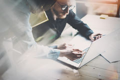 Coworking队会议 照片年轻businessmans乘员组与新的起始的项目一起使用在现代顶楼 当代膝上型计算机木头ta 免版税库存图片