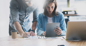 Coworking队激发灵感过程在现代顶楼 项目负责人认为,握玻璃女性手 新商业 免版税图库摄影