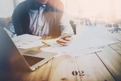 Coworking świat i początkowy czas Dorosły biznesmen pracuje przy drewnianym stołem z nowym biznesowym projektem Mężczyzna macanie zdjęcie stock