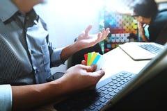 Coworking обрабатывает, команда предпринимателя работая в творческом офисе Стоковое Изображение