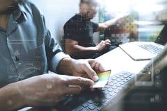Coworking обрабатывает, команда предпринимателя работая в творческом офисе Стоковые Изображения RF