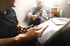 Coworking обрабатывает, команда предпринимателя работая в творческом офисе Стоковые Фотографии RF