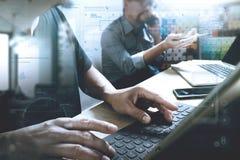 Coworking обрабатывает, команда предпринимателя работая в творческом офисе Стоковые Изображения