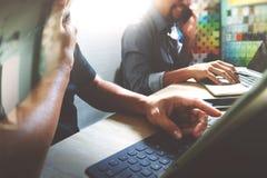 Coworking обрабатывает, команда предпринимателя работая в творческом офисе Стоковые Фото
