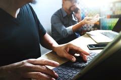 Coworking обрабатывает, команда предпринимателя работая в творческом офисе Стоковая Фотография RF