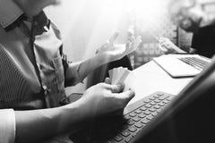 Coworking обрабатывает, команда предпринимателя работая в творческом офисе Стоковая Фотография