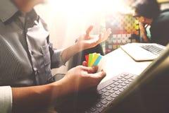 Coworking обрабатывает, команда предпринимателя работая в творческом офисе Стоковое Фото