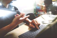 Coworking обрабатывает, команда предпринимателя работая в творческом офисе Стоковое фото RF