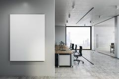 Coworking-Büro mit leerem Plakat lizenzfreies stockfoto